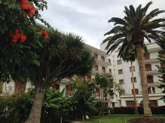 IBEROSTAR Grand Hotel Mencey: Giardino visto dalla piscina