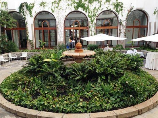 IBEROSTAR Grand Hotel Mencey: fontana nel giradino/chiosco interno