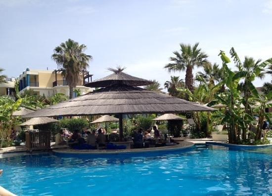 Atrium Palace Thalasso Spa Resort & Villas : swim up pool bar