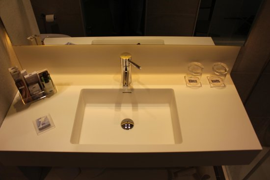 H10 Art Gallery: Sink with high q fittings