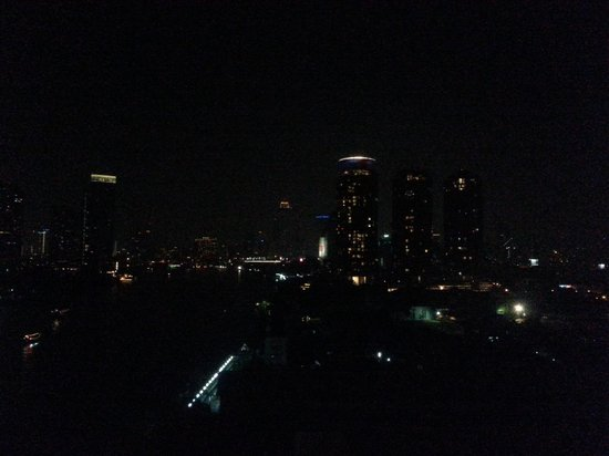 Ramada Plaza Bangkok Menam Riverside : Night view from our room