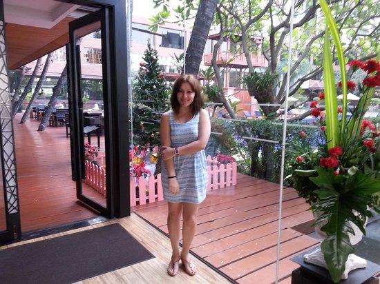 Ramada Plaza Bangkok Menam Riverside : poolside