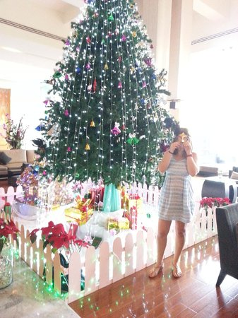 Ramada Plaza Bangkok Menam Riverside : Xmas tree in reception