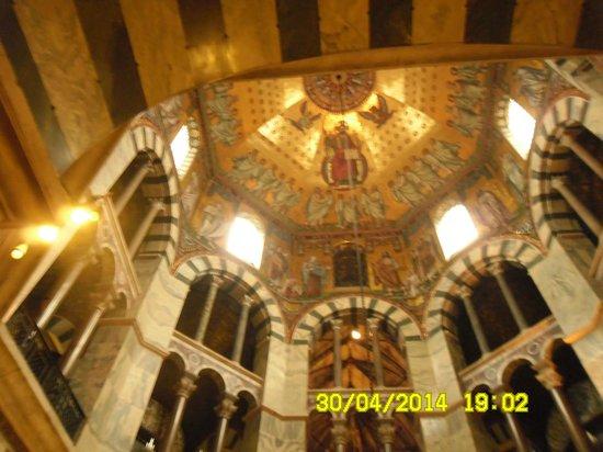Aachen Cathedral (Dom): Второй и третий ярусы базилики поддерживают яшмовые и мраморные колонны