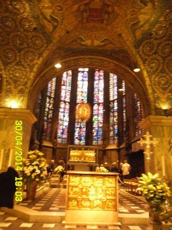 Aachen Cathedral (Dom): Не только мозаики, но и всё убранство капеллы выполнено в античных традициях.