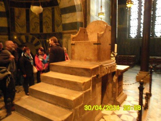 Aachen Cathedral (Dom): трон на котором короновались короли .