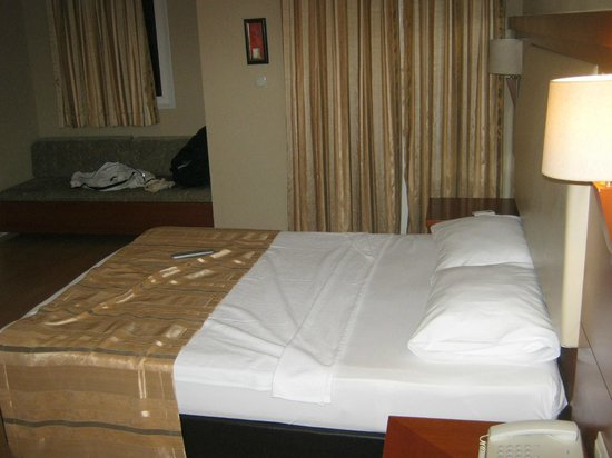 Julian Club Hotel: bed