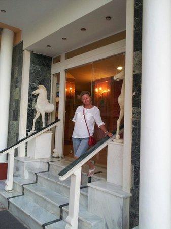 Mantas Seaside Hotel : Вход в отель