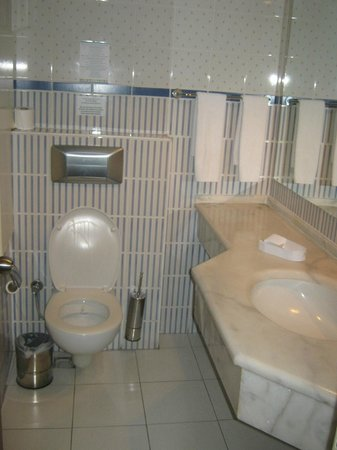 Julian Club Hotel: bathroom