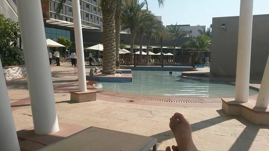 Radisson Blu Hotel, Abu Dhabi Yas Island: Relaxing by the pool