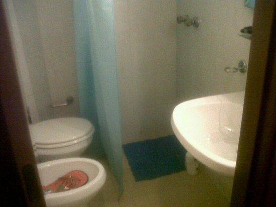 Hotel Verona: Baño