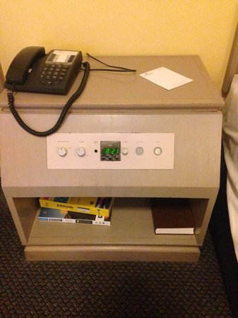 Hotel Grand Chancellor Adelaide on Hindley: Level 6 bedside table