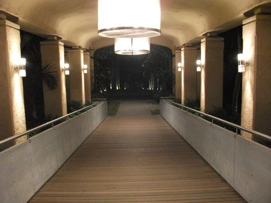 Mauricia Beachcomber Resort & Spa: Gangway into Le Mauricia
