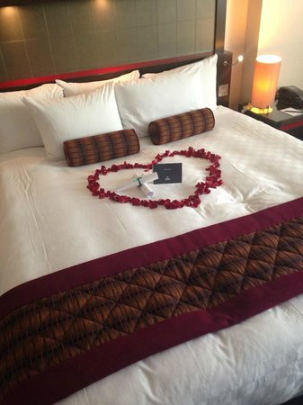 Hilton London Canary Wharf: Rose Petals on the Bed