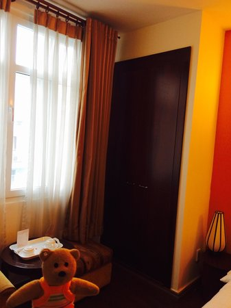 Little Saigon Corner Boutique Hotel: Facing Truong Dinh street. No noise. Big cabinet