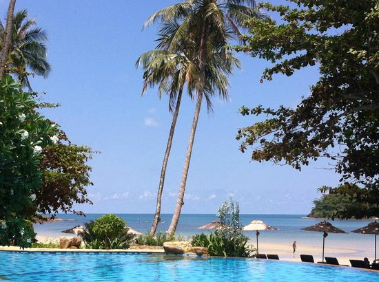 Sea View Resort & Spa Koh Chang: Pool precis vid stranden
