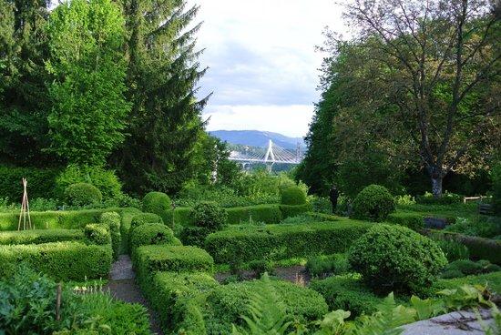 Vue depuis le jardin picture of auberge aux 4 vents for Jardin 4 vents