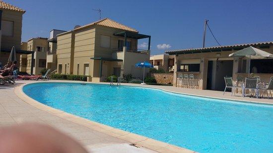 Lissos Apartments : Pool & bar