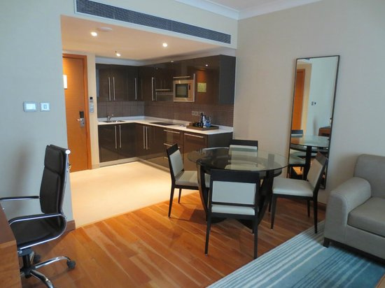 Hilton Bangalore Embassy GolfLinks: Living room and kitchen