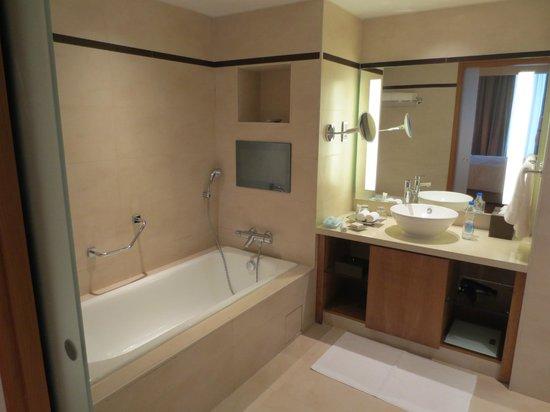 Hilton Bangalore Embassy GolfLinks: Bathroom (with TV!)