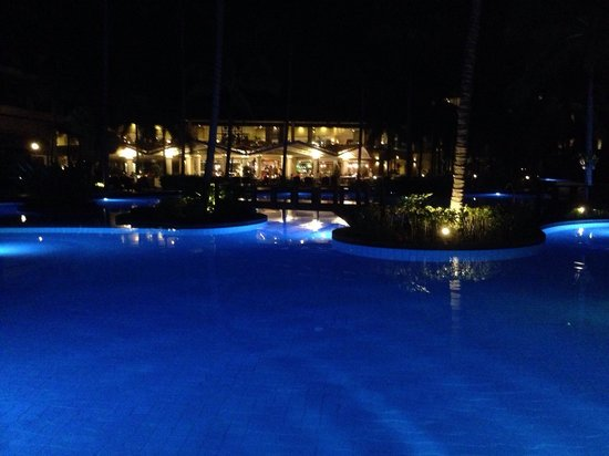 Phuket Marriott Resort & Spa, Merlin Beach : The hotel pool at night