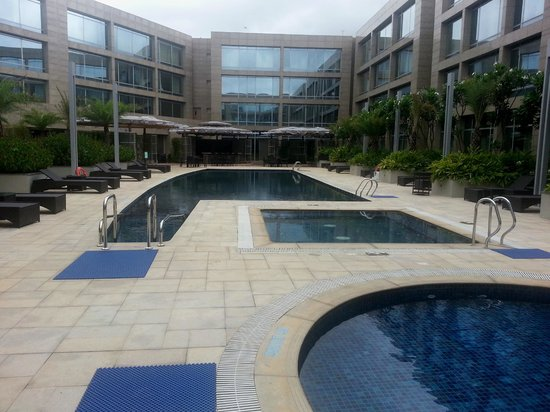 Hilton Bangalore Embassy GolfLinks : Inner courtyard, with pool