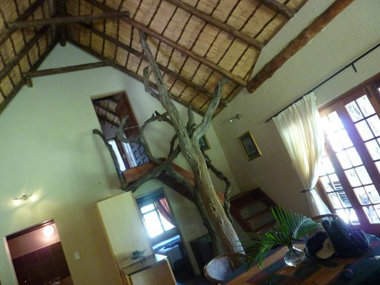 Blyde River Canyon Lodge: 2 bed cottage, stairway to the bedroom