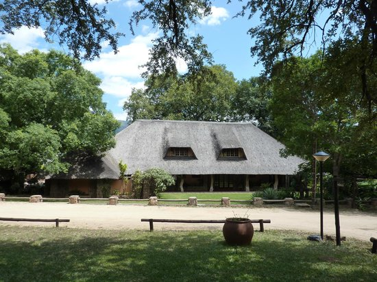 Blyde River Canyon Lodge: The lodge from the drive