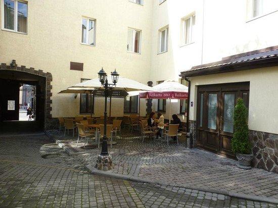 Reikartz Dworzec Lviv Hotel: Hotel yard with street gate and reception door