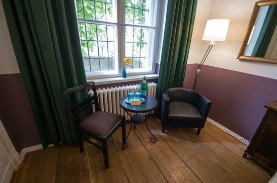 Grand Hostel Berlin: kleine Sitzgruppe im Doppelzimmer (Erdgeschoss)