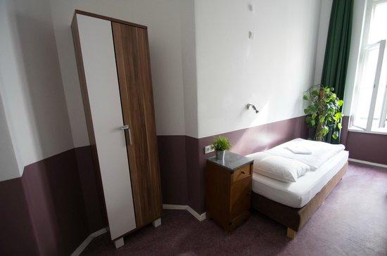 Grand Hostel Berlin: Einzelzimmer mit Kleiderschrank (erster Stock)