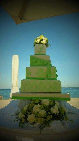 Crimson Resort and Spa, Mactan: Crimson Resort and Spa wedding cake