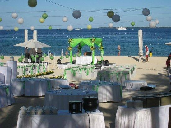 Crimson Resort and Spa, Mactan: beach area