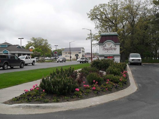 Bayshore Resort : Entrance is right on Front Street