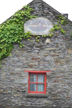 O'Donovan's Hotel: Pub around the corner, great music
