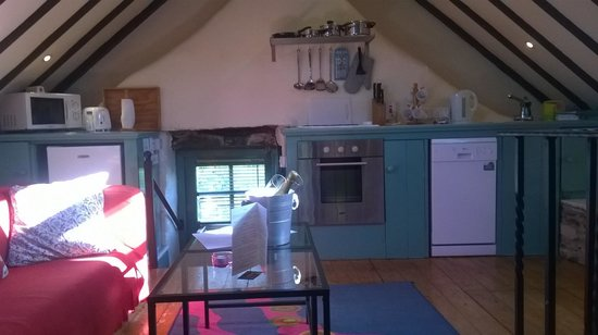Grove House and Courtyard Cottages : kitchen/living room area