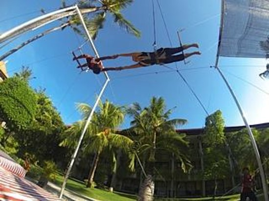 High Flyers Bali Trapeze School : A catch with High Flyers