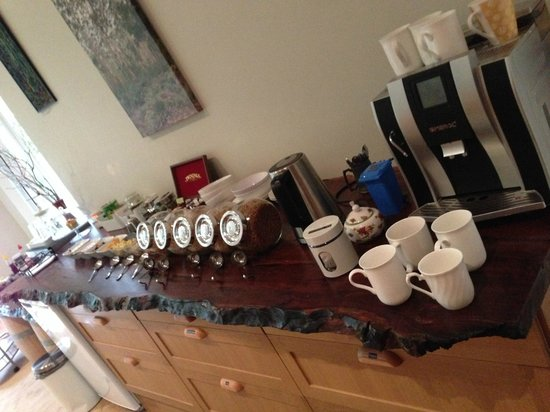 Margaret River Bed & Breakfast: Breakfast spread with good coffee and tea