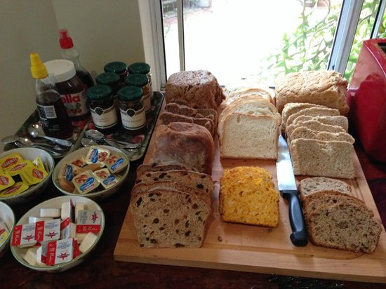 Margaret River Bed & Breakfast: The bread is yummy, made by the owner himself! Good variety of jams from The Berry Farm