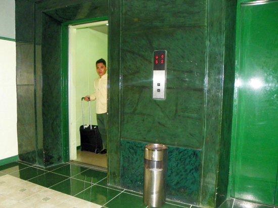 Shogun Suite Hotel: Shogun suite elevator