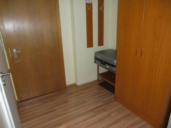 Hotel am Kuhbogen: Zimmertür mit Garderobe, Kofferablage und Schrank