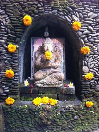 Nirwa Ubud Homestay: One of the many shrines in the gardens