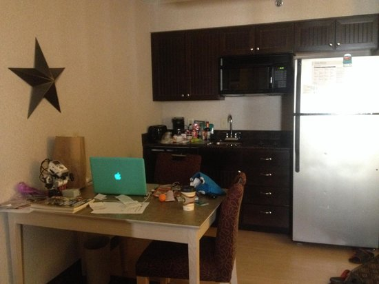 Homewood Suites by Hilton Austin-Arboretum / NW : A dining table and small kitchen