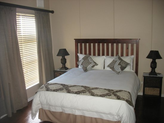 Raston Guest House : Apartment 7 Main bedroom with Queen size bed (En-suite)