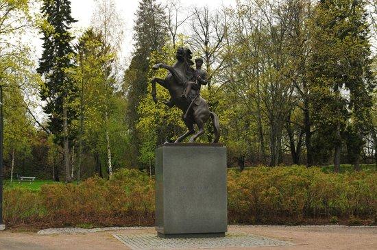 Scandic Patria: Памятник драгунам в парке