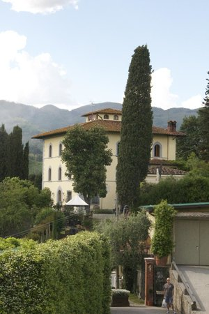 Villa Parri: Looking from the car park towards the hotel