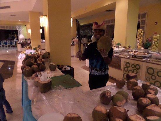 Now Larimar Punta Cana: buffet principal, - thème dominicain