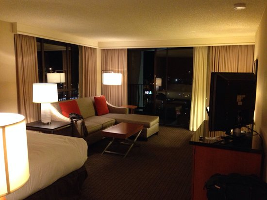 Doubletree by Hilton Seattle Airport: Corner king room with wrap-around balcony