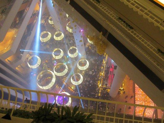 Pan Pacific Singapore: 風船を割って新年を祝ってました
