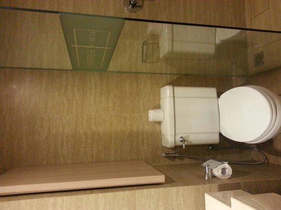 Harper Kuta: Bathroom